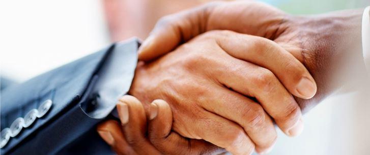 Zwei Hände Handschlag