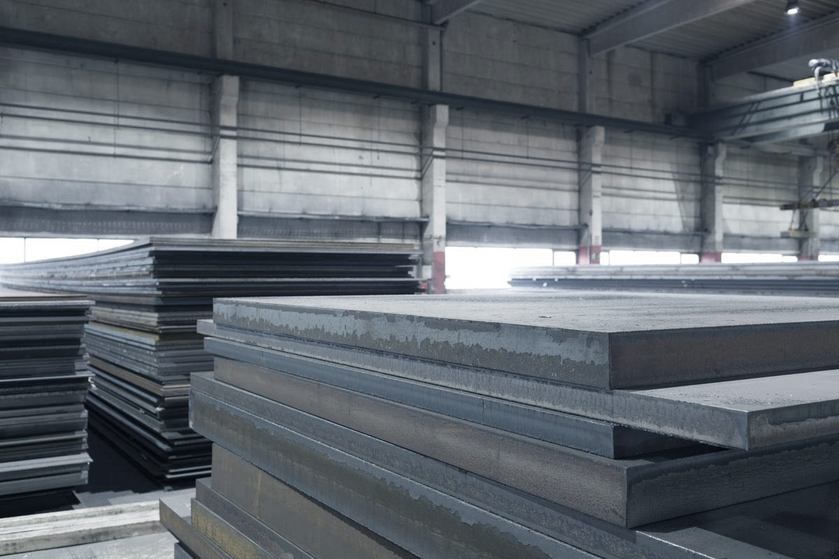 mehrere Stappel Stahlplatten